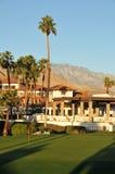 Golfgrün mit Palmen und Bergen Lizenzfreies Stockfoto