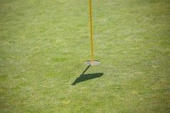 Golfhål med skugga av flaggan royaltyfri fotografi