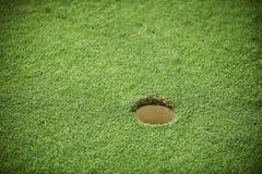 Golfhål på ett fält Arkivbild