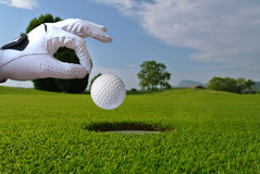 Golfhandschoen, bal en gat Stock Fotografie