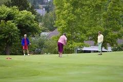 golfhorisontalleka kvinnor Royaltyfria Bilder
