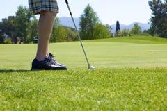Golfing do homem fotografia de stock