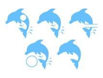 Golfinhos de salto - silhuetas azuis Golfinhos azuis bonitos no estilo dos desenhos animados Ilustração do vetor para o folheto o ilustração do vetor