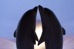 Golfinhos Loving imagem de stock