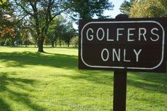 Golfistów Tylko znak z trawą i drzewami Fotografia Royalty Free