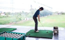 Golfista ćwiczy jego prowadnikowego obraz stock