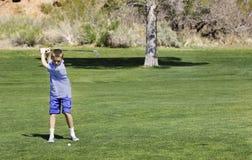 Golfista adolescente joven en el curso Foto de archivo libre de regalías