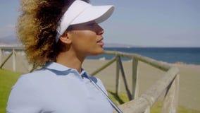 Golfista afroamericano joven en un curso costero metrajes