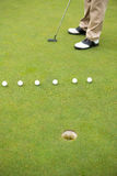 Golfista alrededor a juntar con te apagado Fotos de archivo