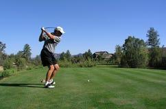 Golfista alrededor para conducir la pelota de golf apagado de la te Fotografía de archivo