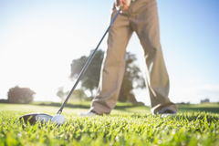 Golfista alrededor para golpear la pelota de golf Fotografía de archivo libre de regalías