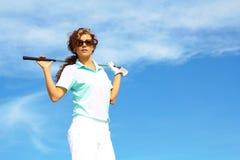 Golfista bastante de sexo femenino que se relaja imagen de archivo