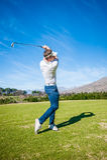 Golfista bawić się strzał na farwaterze Obrazy Royalty Free