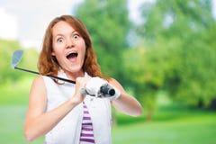Golfista chocado que mira detrás de la trayectoria de un vuelo de la bola Fotografía de archivo libre de regalías