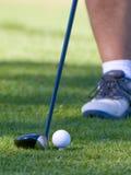 Golfista con la bola juntada con te para arriba Fotos de archivo libres de regalías
