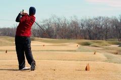 Golfista de la juventud que golpea un tiro del irontee Fotografía de archivo
