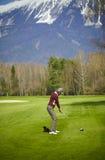 Golfista de la mujer listo para un oscilación Foto de archivo libre de regalías