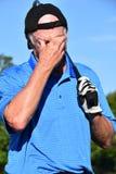 Golfista de sexo masculino mayor atlético bajo tensión con Golfing de Golf Club fotografía de archivo libre de regalías