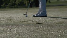 Golfista de sexo masculino que introduce una pelota de golf para agujerear almacen de video