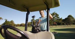Golfista de sexo masculino que quita al club de golf de la bolsa de golf metrajes