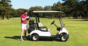 Golfista de sexo masculino que quita al club de golf de la bolsa de golf almacen de metraje de vídeo
