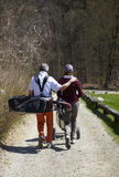 Golfista del hombre y de la mujer que recorre en un campo de golf Fotos de archivo libres de regalías