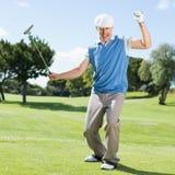 Golfista emocionado que anima en putting green Imagen de archivo