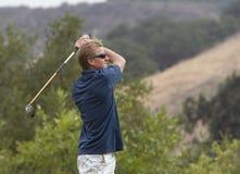 Golfista en el final del oscilación Imagen de archivo libre de regalías