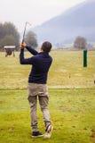 Golfista en el rango de conducción foto de archivo