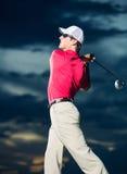 Golfista en la puesta del sol Fotos de archivo libres de regalías
