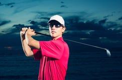 Golfista en la puesta del sol Fotografía de archivo