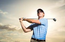 Golfista en la puesta del sol Fotografía de archivo libre de regalías