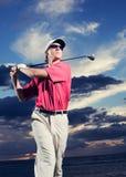 Golfista en la puesta del sol Foto de archivo libre de regalías