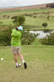 Golfista en seguimiento Imagenes de archivo