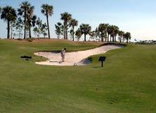 Golfista en un desvío de arena Imagen de archivo libre de regalías