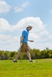 Golfista feliz con su tiro de la te Imágenes de archivo libres de regalías