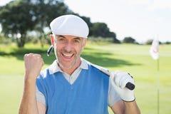 Golfista feliz que anima en la cámara en putting green Fotos de archivo