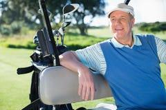 Golfista feliz que conduce el suyo cochecillo del golf foto de archivo libre de regalías