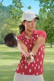 Golfista hermoso con el conductor Fotos de archivo libres de regalías