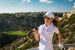 Golfista hermoso de la muchacha en club de golf Imagen de archivo