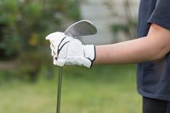 Golfista jest ubranym białego rękawiczkowego mienie kija golfowego Fotografia Royalty Free