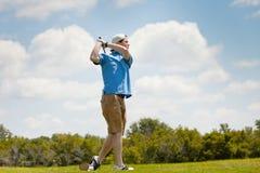 Golfista joven con la buena forma Fotos de archivo libres de regalías