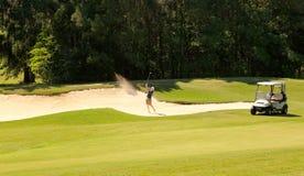 Golfista joven en arcón de la arena Fotografía de archivo libre de regalías