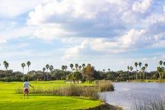 Golfista joven en campo de golf hermoso Fotos de archivo libres de regalías