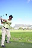 Golfista joven hermoso en la acción Fotos de archivo