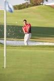 Golfista masculino que juega el tiro de la arcón Imágenes de archivo libres de regalías