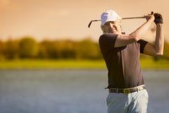 Golfista mayor de sexo masculino del frente imágenes de archivo libres de regalías