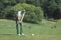 Golfista mayor en curso Fotografía de archivo