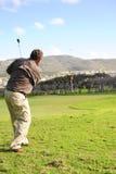 Golfista mayor en la acción Foto de archivo libre de regalías