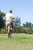Golfista observando curso Imagen de archivo